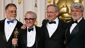 Kleiner Mann ganz groß: Der 1,65 Meter große Scorsese erhält endlich seinen Regie-Oscar - aus den Händen der Weggefährten Coppola, Spielberg und Lucas.