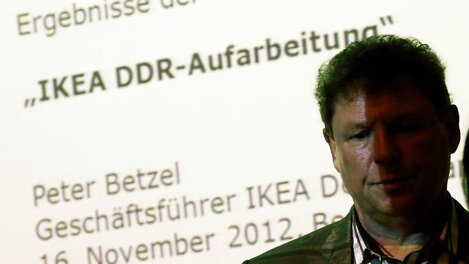 Der Deutschland-Chef von Ikea, Peter Betzel, präsentiert die Studie in den Räumen der Stasi-Unterlagenbehörde.