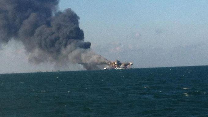 Nach der Explosion kommt es auf der Ölplattform zu einem Brand.