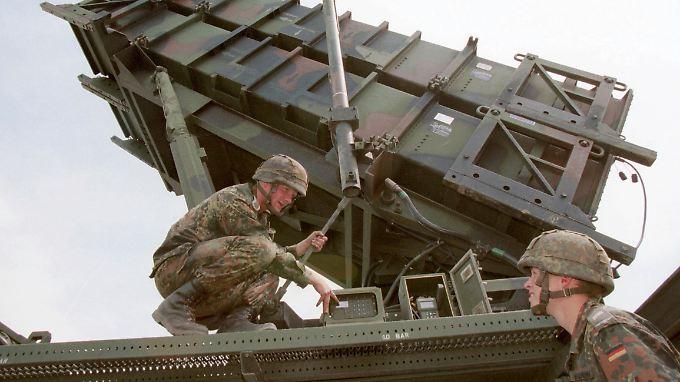 Deutsche Soldaten an einem Patriot-Flugabwehrraketensystem.