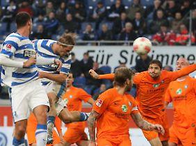 Duisburgs Sören Brandy (2.v.l) köpft zum 2:1 gegen Aue ein.