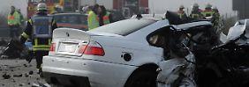 Schwerer Unfall durch Falschfahrer: Sechs Menschen sterben auf der A5