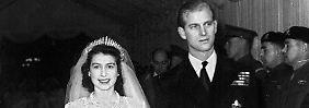 Die damalige Prinzessin Elizabeth und ihr Mann Philip Mountbatten verlassen nach ihrer Trauung am 20.11.1947 Westminster Abbey in London.