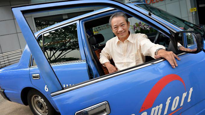 Sia Ka Tian an seinem Taxi.