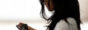 Instant Messaging wird von vielen Smartphone-Besitzern genutzt, um schnell und kostengünstig miteinander zu kommunizieren. Der beliebteste Anbieter hat jetzt seine Preise erhöht. Foto: Sebastian Kahnert