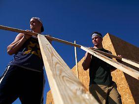 Schnelle Jobs für jedermann: Wenn sich der Immobilienmarkt belebt, dürfte auch bald die Zahl der Arbeitslosen sinken.