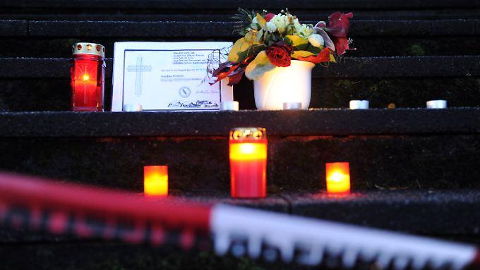 Kerzen und eine Todesanzeige für die getötete Küsterin.