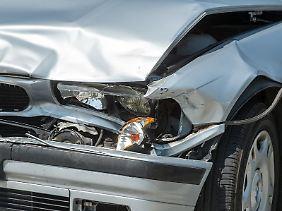 Wer sich nach einem Unfall einfach entfernt,  macht sich strafbar. Dies führt aber nicht in jedem Fall dazu, dass auch der Versicherungsschutz erlischt.