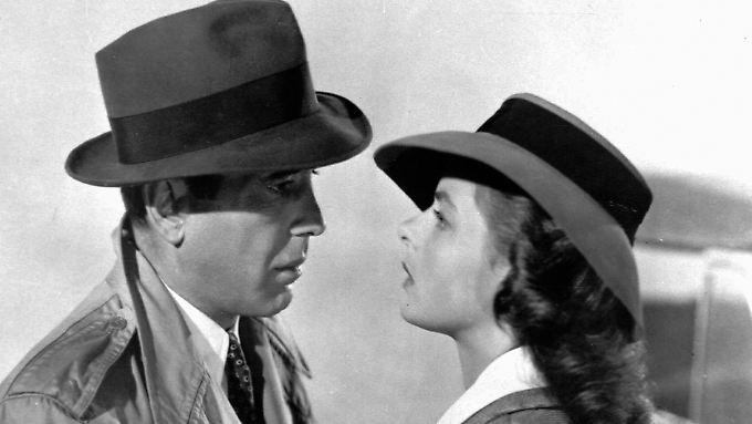 Sie schauen sich in die Augen: Rick (Bogart) und Ilsa (Bergman). Bogart freilich trägt Plateau-Schuhe, damit er größer wirkt.