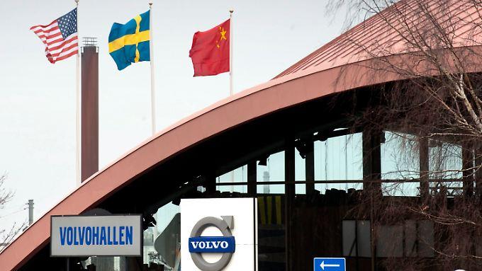 Der Pakt ist besiegelt: Als Zeichen dafür flattern die Flaggen von den USA, Schweden und China vor der Volvo-Zentrale in Göteborg.