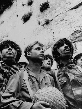 Israelische Soldaten im Juni 1967 an der Klagemauer. Israel hat Ost-Jerusalem 1967 im Sechs-Tage-Krieg besetzt und 1980 annektiert.