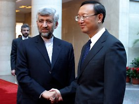 China setzt auf bilaterale Verhandlungen - hier der iranische Atomunterhändler Saeed Jalili mit dem chinesischen Außenminister Yang Jiechi.