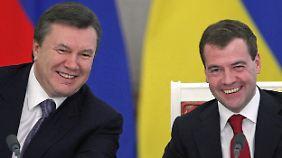 Russlands Präsident Medwedew (r.) will die Ukraine wieder stärker an sein Land binden.