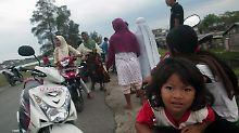 Tausende Indonesier flüchteten ins Freie.