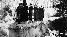 Ein Massengrab in Katyn im Jahr 1943.