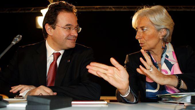 Griechenlands Finanzminister George Papaconstantinou spricht mit seiner französischen Amtskollegin Christine Lagarde.