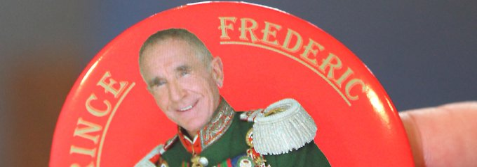 Eigentlich ist Prinz Frederic von bürgerlicher Herkunft. Er ließ sich als Erwachsener von der verarmten Schwiegertochter Kaiser Wilhelms II adoptieren.