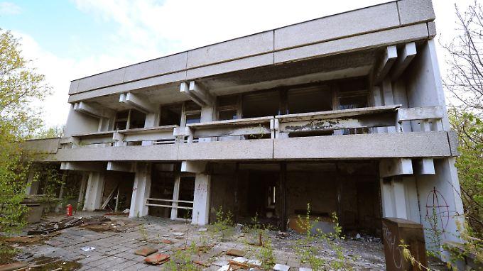 Die verwüstete Terrasse der ehemaligen irakischen Botschaft in der DDR in Berlin-Pankow.