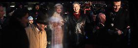 Marlene Dietrichs Stern wurde bereits zur Berlinale im Februar vorgestellt. (Berlins Regierender Bürgermeister Klaus Wowereit neben der virtuellen Marlene Dietrich bei der Erst-Stern-Präsentation.)