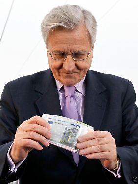 War die Rettungsaktion notwendig, Herr Trichet? Ifo-Chef Sinn sagt Nein. Der EZB-Chef bei der Grundsteinlegung der neuen EZB-Zentrale, wie er Euro-Banknoten in die Kassette legt, die in das Fundament eingemauert wird..