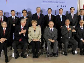 Familienfoto, links neben Kanzlerin Merkel EU-Finanzkommissar Michel Barnier.