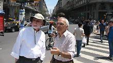 Joaquin Brenman (r) von den Cicerones zeigt Wallace Rogers die Sehenswürdigkeiten von Buenos Aires. Im Hintergrund am Ende der Straße der Obelisk, der 1936 zum 400. Geburtstag der Stadt errichtet wurde.