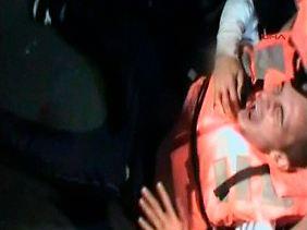 Ein verletzter Aktivist an Bord des gekaperten Schiffes (Video-Aufnahme).
