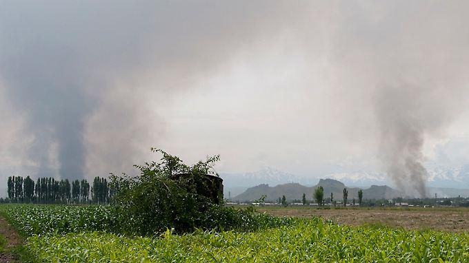 Auch in Ortschaften um Osch brennen Häuser.