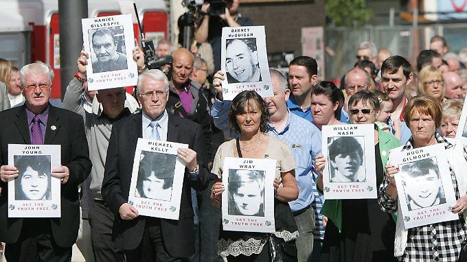 Angehörige der Opfer gehen in Derry auf die Straße.