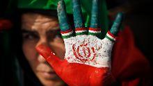 Eine Anhängerin von Präsident Ahmadinedschad wirbt für dessen Partei auf einer Wahlkampfveranstaltung in Teheran.