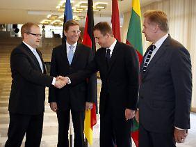 Estlands Außenminister Urmas Paet (links) nimmt die Glückwünsche seiner Amtskollegen entgegen.