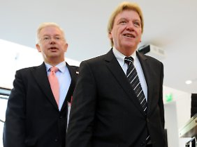 Roland Koch und sein designierter Nachfolger und Innenminister Volker Bouffier (beide CDU).