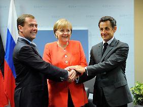 Demonstrative Einigkeit: Russlands Präsident Medwedew, Kanzlerin Merkel und Frankreichs Präsident Sarkozy.
