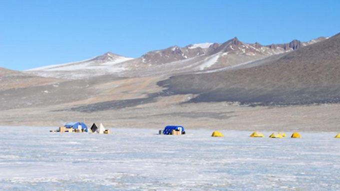 Zelte sind auf einem undatierten Foto auf dem Salzsee Lake Vida im Victoria Valley in der Antarktis zu sehen. Im Wasser unter der Salzkruste leben Bakterien.