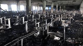 Eine der ausgebrannten Produktionshallen in Dhaka.