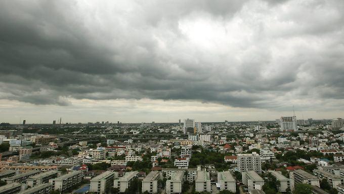 Dunkle Wolken über Thailands Hauptstadt Bangkok.