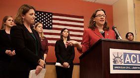 Elizabeth Gill, Jennifer Hunt, Zoe Bedell und Colleen Farrell (im Hintergrund) wollen die gleichen Rechte wie ihre männlichen Kollegen einklagen.