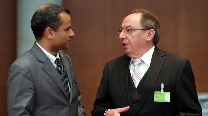 NSU-Ausschussvorsitzender Sebastian Edathy im Gespräch mit MAD-Präsident a.D., Karl-Heinz Brüsselbach.