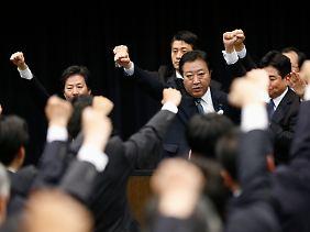 Gemeinsam gegen die Rezessionsgefahr: Noch-Premier Yoshihiko Noda (M.) muss um seine Wiederwahl fürchten.