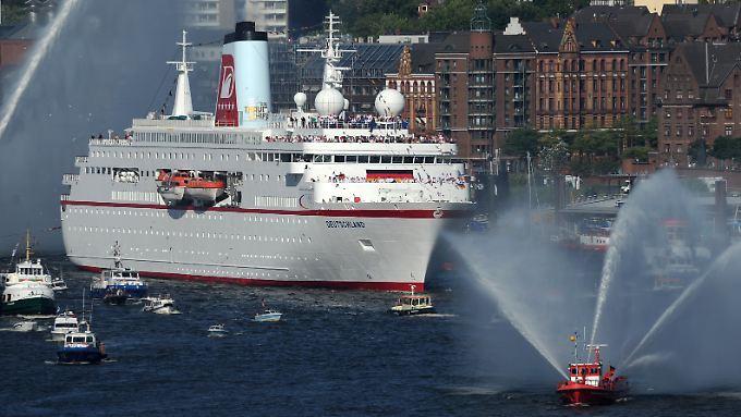 """Das Kreuzfahrtschiff """"MS Deutschland"""" kommt läuft nach den Olympischen Spiele mit den deutschen Teilnehmern  an Bord im Hafen von Hamburg ein."""