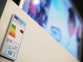 Begrenzt hilfreich:Das Energielabel soll Verbraucher vor besonders stromhungrigen Fernsehern warnen. Der Standby-Betrieb wird darauf aber nicht berücksichtigt.