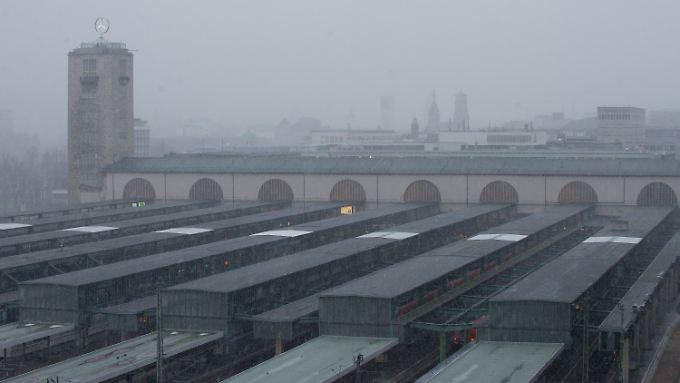 Stuttgarts Bahnhof im Nebel.