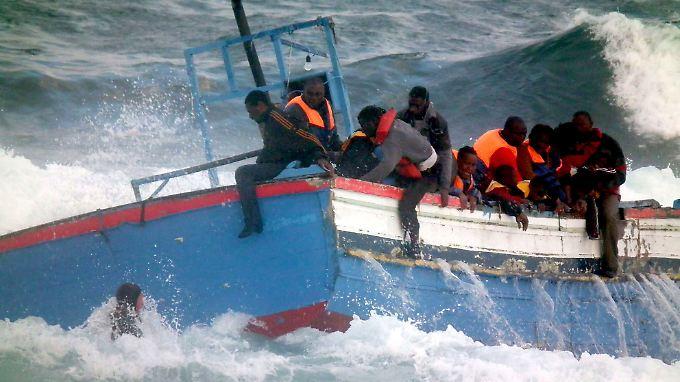 Schmuggler verlangen Tausende Euro, um Flüchtlinge über das Mittelmeer an Europas Küsten zu bringen. Viele bezahlen das mit dem Tod - die Boote sind meist seeuntauglich.