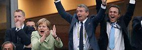 Falls Angela Merkel solange im Amt bleibt, kann sie 2020 sehr wahrscheinlich zu EM-Heimspielen des DFB-Teams reisen.