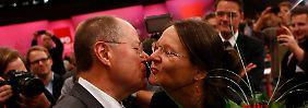 Zur Wahl gab's auch ein Küsschen von der Ehefrau Gertrud.