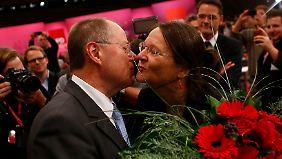 Steinbrück zeigt sich persönlich, da tritt sogar seine Frau auf.