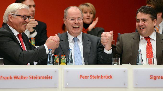 Steinbrück (M.) und die anderen zwei der Troika: Frank-Walter Steinmeier (l.) und Parteichef Sigmar Gabriel.