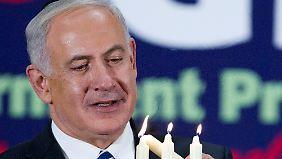 Netanjahu zündet die dritte Kerze zu Chanukka - der Feier des jüdischen Lichterfestes - an.