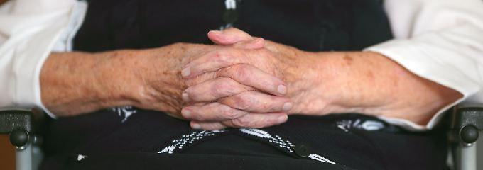 Erziehungszeiten älterer Mütter sollen nach dem Willen der Union bei der Rente angerechnet werden - nach dem Willen Wolfgang Schäubles jedoch noch nicht ab 2013.
