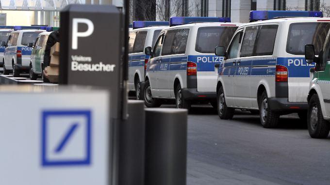 Polizeifahrzeuge vor der Zentrale der Deutschen Bank.
